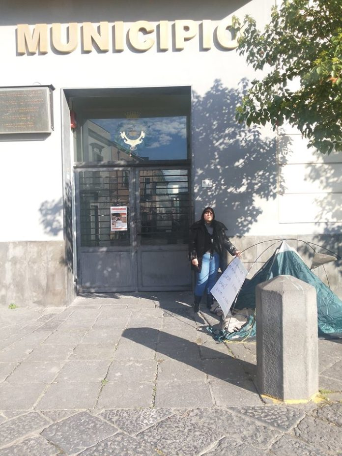 senza casa si accampa davanti al municipio