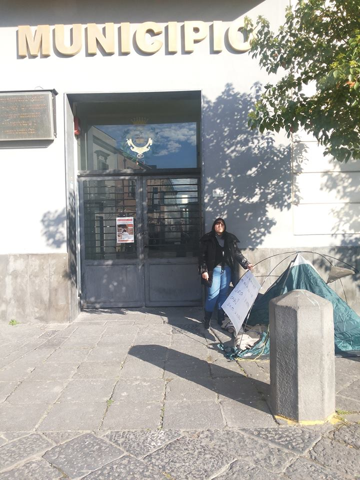 Pomigliano. Senza casa si accampano davanti al municipio