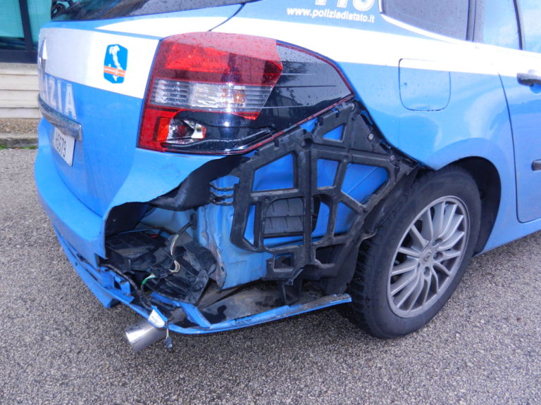 Rocambolesco inseguimento in autostrada, ferito un poliziotto