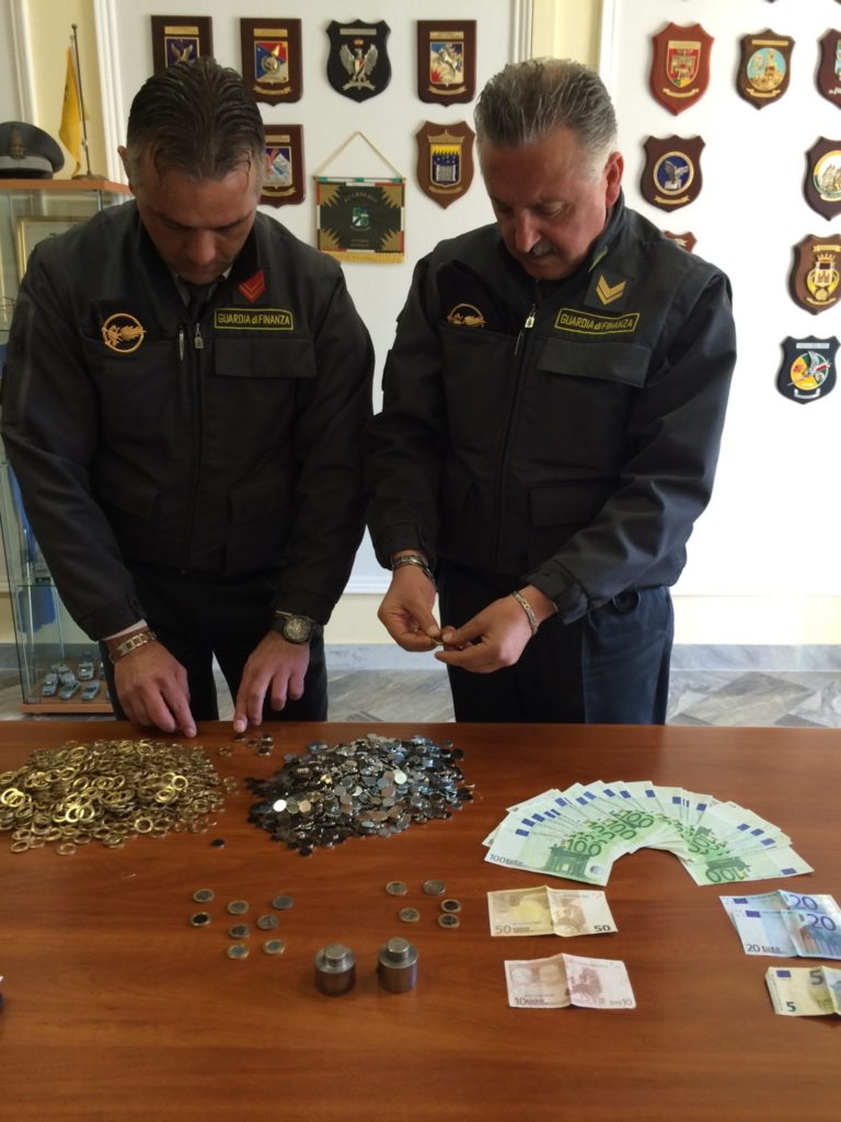 Casalnuovo/Nola. Fabbro coniava euro falsi con un complice, arrestati VIDEO