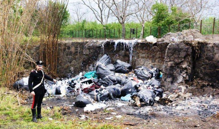 Incendiati rifiuti speciali, addetti alla raccolta arrestati dai carabinieri