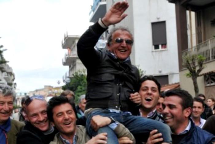 Il regalo di compleanno per l'ex sindaco Esposito: la libertà