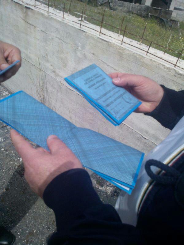 Schede gettate in strada, rimossi componenti del seggio 28