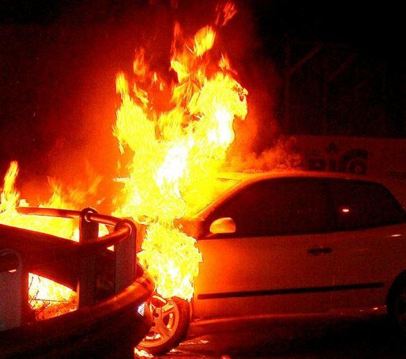 Distrugge casa e poi incendia l'auto del suocero, arrestato