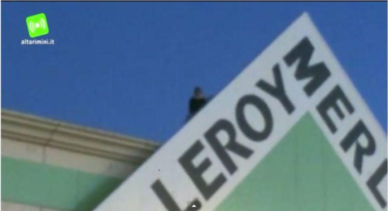 Sommese minaccia di darsi fuoco sul tetto di Leroy Merlin VIDEO