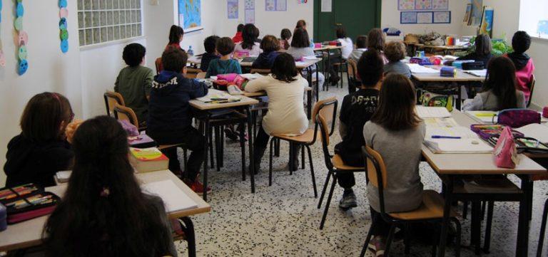 Ingiurie e percosse in classe a un'insegnante, denunciato 13enne