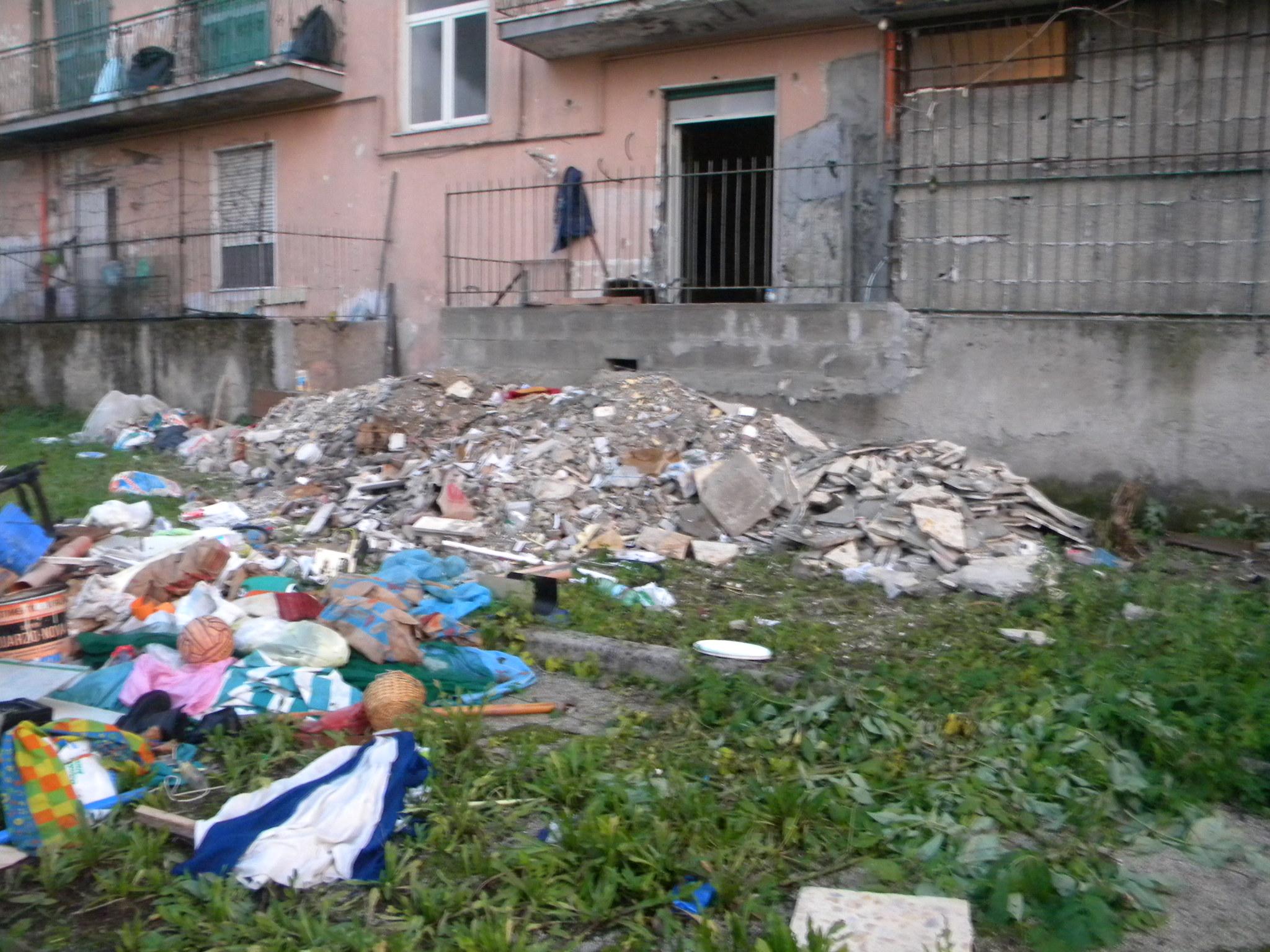 Ristruttura appartamento e abbandona gli scarti edili, sanzionato 64enne