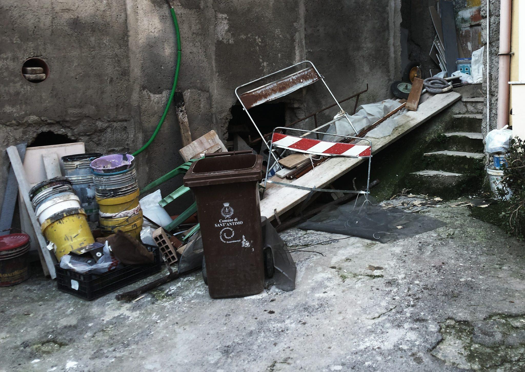 Smaltisce rifiuti provenienti da scarti edili per strada dopo i lavori, sanzionato dalla polizia locale
