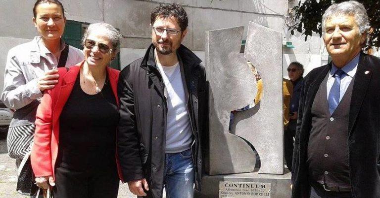 Omaggio allo scultore Antonio Borrelli con l'opera Continuum