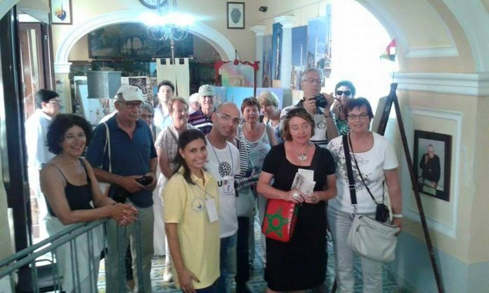 Gli operatori di UNIT con alcuni turisti