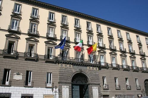 Falso allarme bomba al Comune di Napoli, in una busta hard disk