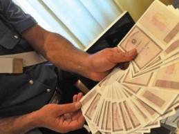Documenti falsi e carte clonate per comprare smartphone: in due arrestati per truffa.