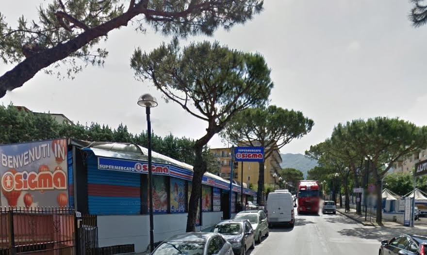 """Camorra liquida"", in due rapinano minimarket, paura in viale Europa"