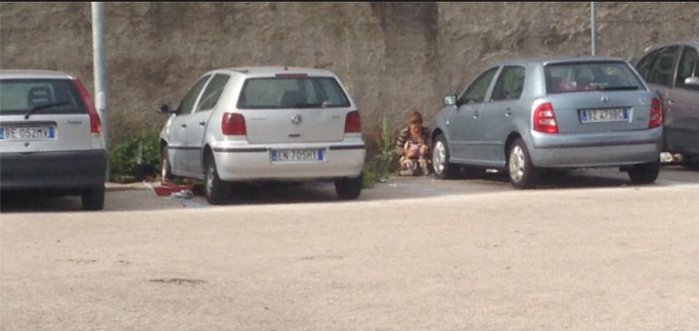 Degrado a S.Anastasia, prostituta fa i bisogni in strada
