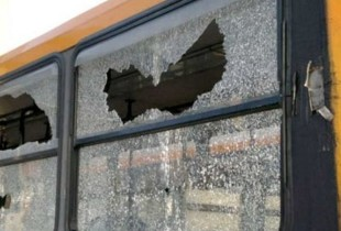 Sassaiola contro un bus Anm, finestrini in frantumi
