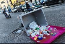 Lite in strada, capovolge i contenitori della differenziata