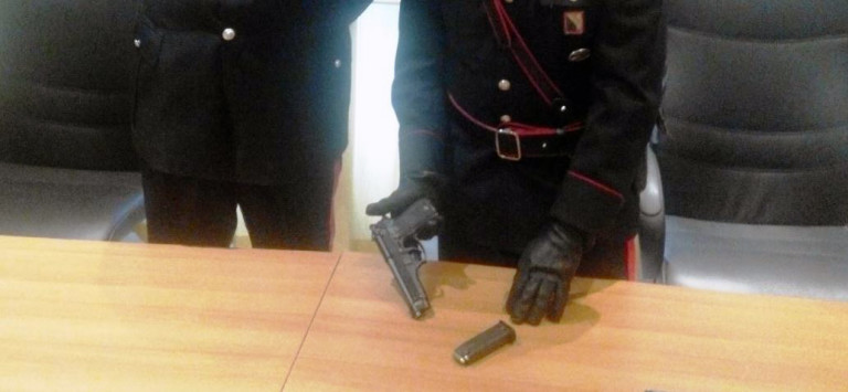 In manette 20enne, in casa nascondeva pistola e munizioni