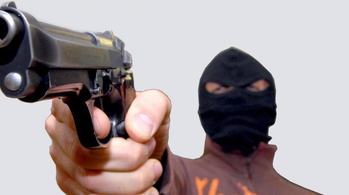 """Con la tecnica """"Filo di banca"""" rapinano signora, arrestati"""