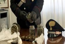 Nei barattoli in cucina cocaina, hashish e marijuana: 27enne arrestato