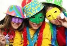 Carnevale a Cercola, sfilano carri, giocolieri e trampolieri per la città