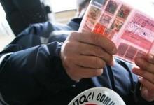 Cerca di corrompere il vigile con 100 euro, arrestato