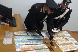 Cocaina, hashish e migliaia di euro a casa del pusher, arrestato