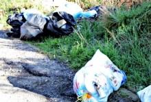 Abbandona rifiuti in strada, scoperti dagli agenti della polizia locale