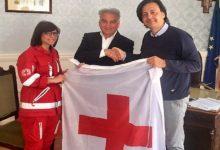 La bandiera della Croce Rossa Italiana sventola al Palazzo municipale