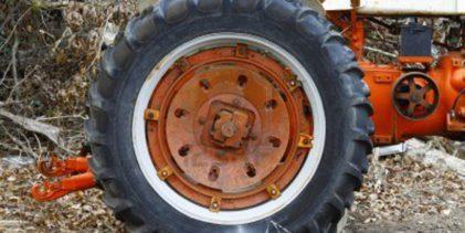 Somma. Si ribalta il trattore, conducente si frattura il bacino: salvo per miracolo