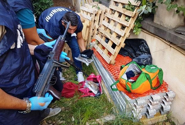 Arsenale da guerra, kalashnikov, pistole e caricatori nascosti in due borsoni