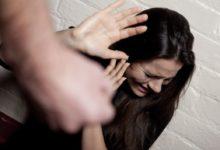 Marito violento aggredisce la moglie per gelosia: voleva controllare le chat del cellulare di lei