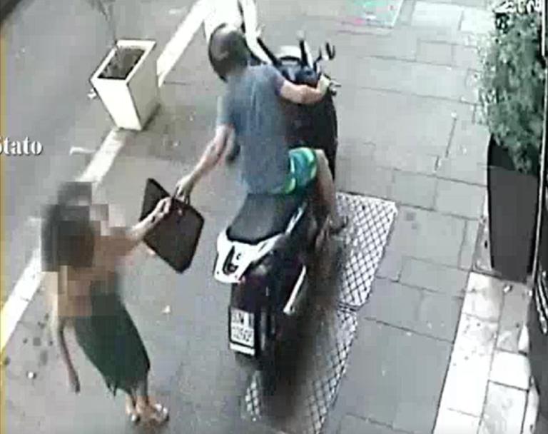 Nola, in corso Tommaso Vitale una ragazza viene scippata da due malviventi su uno scooter