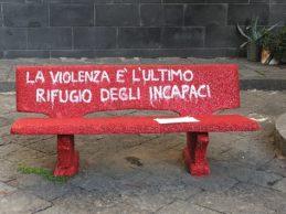 S.Anastasia. Parità di genere: due panchine rosse contro la violenza