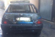 Auto in fiamme in pieno centro, intervento dei caschi bianchi