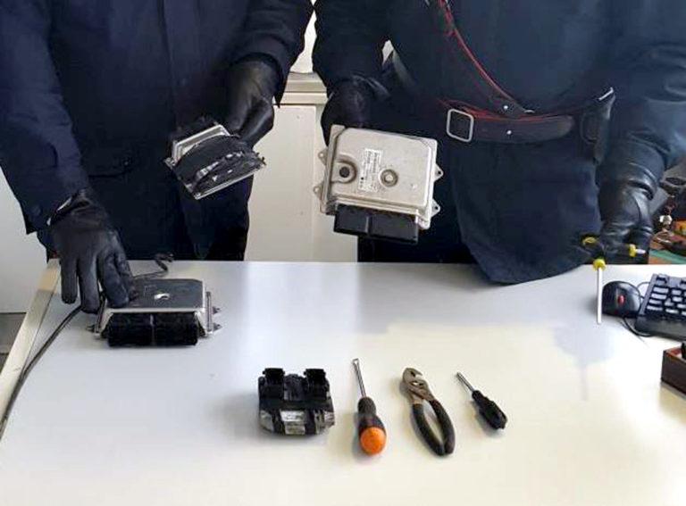 Furti di auto: denunciati 4 giovani trovati in possesso di arnesi da scasso e centraline modificate