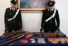 Arsenale custodito in un casolare, fucili e migliaia di cartucce, 45enne arrestato