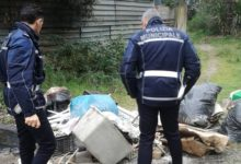 Abbandona i rifiuti e scappa, la polizia locale gli fa ripulire la strada