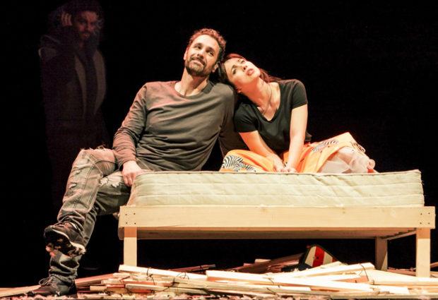 Teatro Italia di Acerra, vita di coppia in 'due' con Raoul Bova e Chiara Francini
