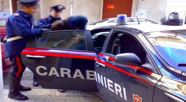 Viola i domiciliari per vendere fuochi illegali, arresto a Marigliano