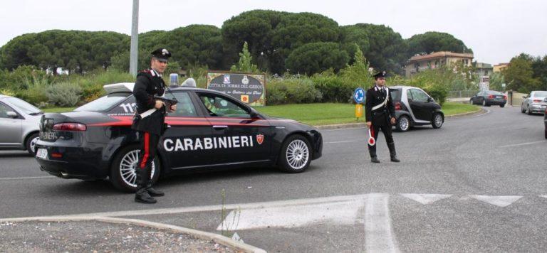 Con moglie e figli sullo scooter fugge dai carabinieri contromano sulla 268