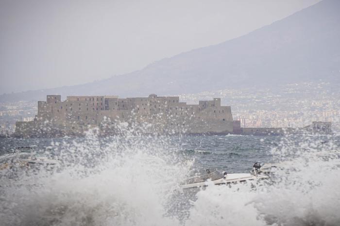 Meteo, allerta arancione: parchi e cimiteri chiusi a Napoli