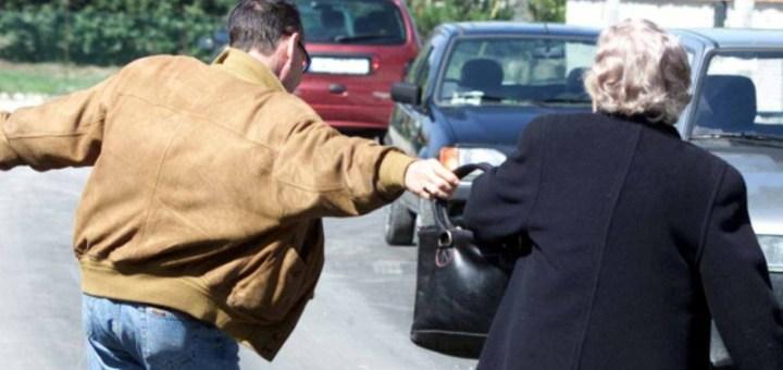 Anziana derubata dopo aver preso la pensione, il marito scaraventato a terra