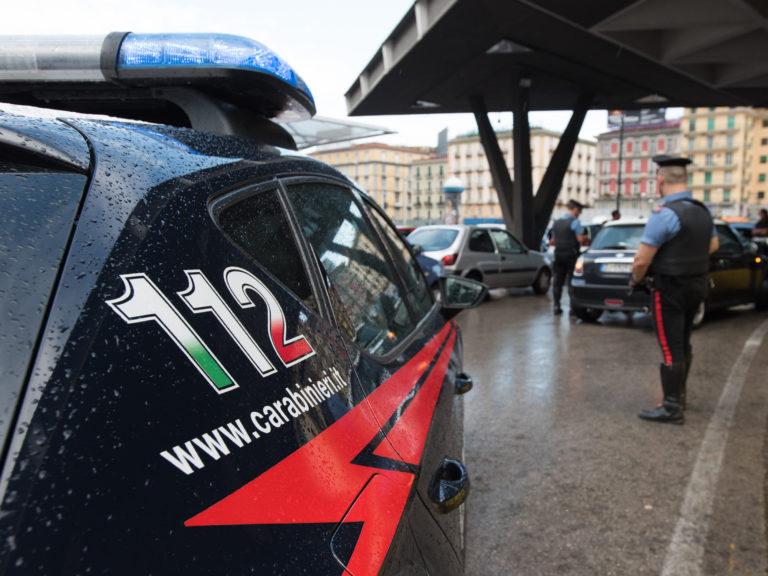 Napoli. Tre senzatetto aggrediscono 60enne e carabinieri