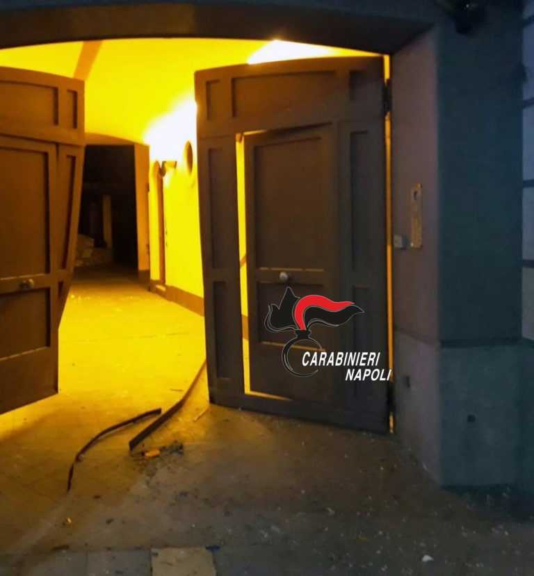 Sant'Antimo. Esplode bomba davanti ad un palazzo, nessun ferito