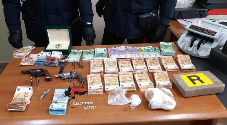 Armi, droga, gioielli e soldi nella parete del salotto. Conviventi arrestati