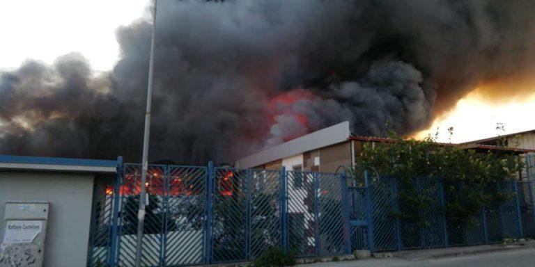 Casoria. Domato l'incendio alla fabbrica di infissi, persone intossicate