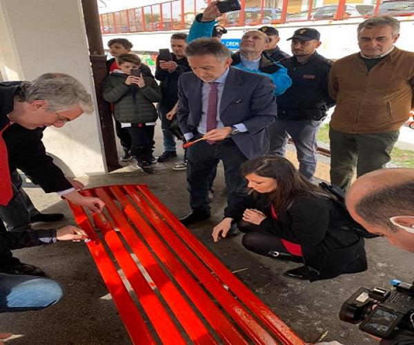 Una panchina rossa dove è avvenuto lo stupro, simbolo contro la violenza