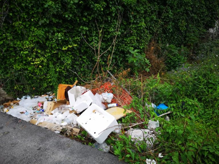 Acerra. Multe per abbandono rifiuti: uomo lascia divano in centro