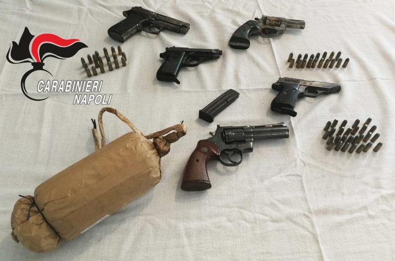 Armi da guerra in un box auto a Casoria, in carcere due donne