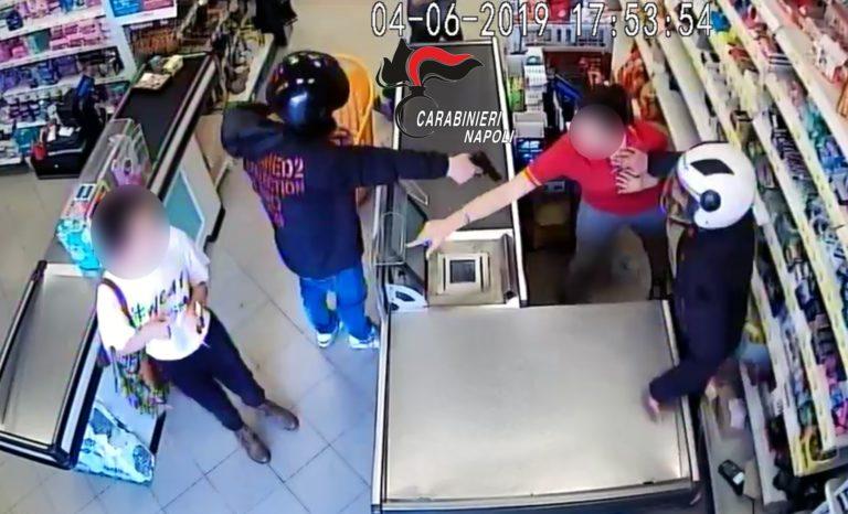 Rapinano un supermercato di Volla ma rimangono a piedi